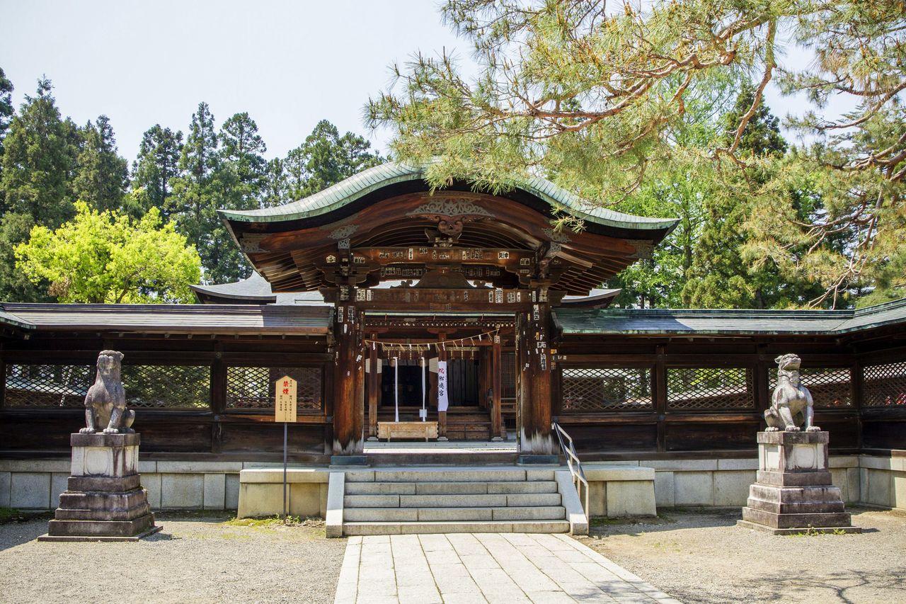 El pabellón principal del santuario de Uesugi, donde se venera a Kenshin como deidad (Fotografía: Asociación de Productos Turísticos de la Prefectura de Yamagata)