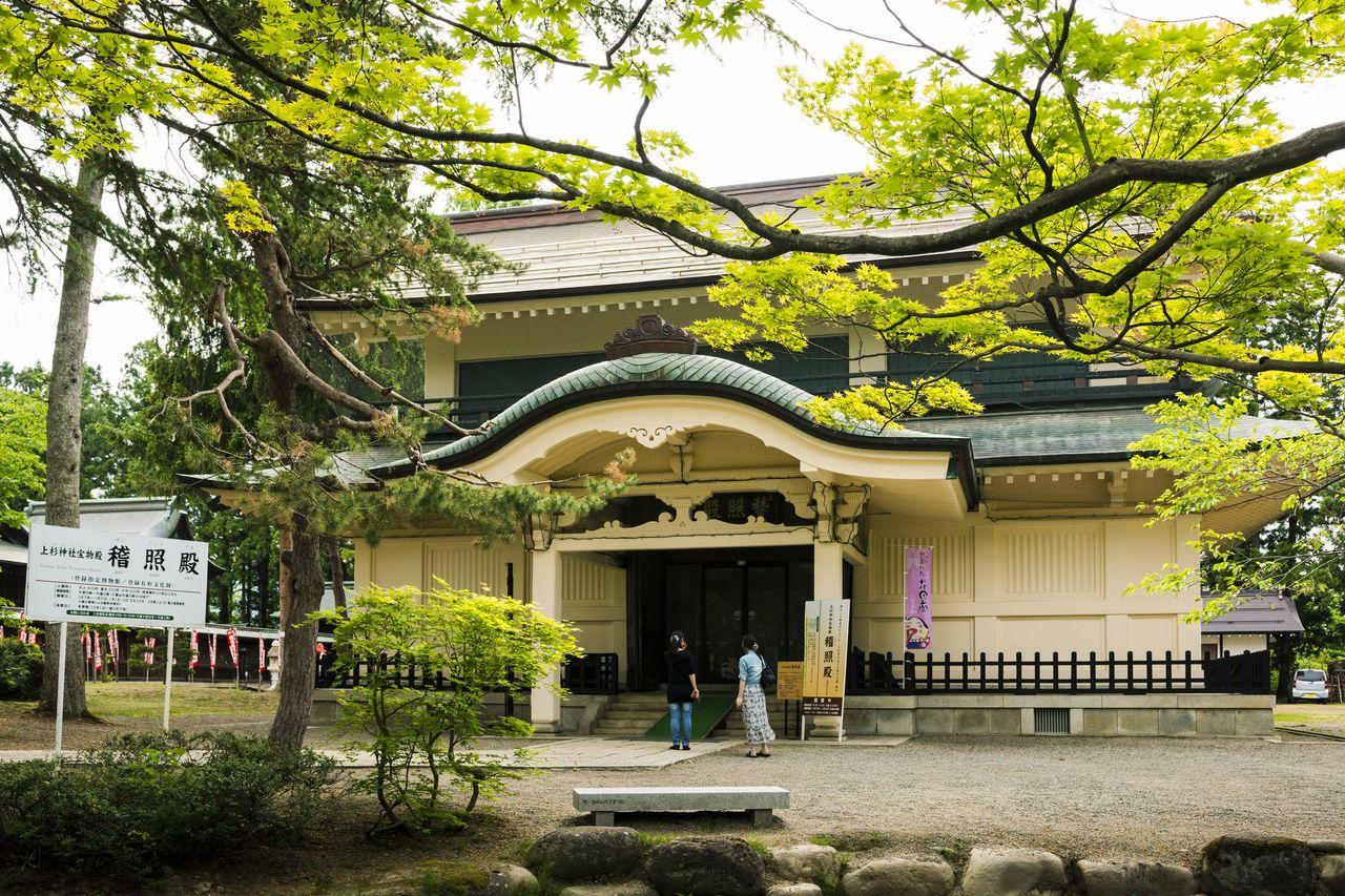 El Keishōden, el pabellón del tesoro del santuario de Uesugi, fue inaugurado en 1923. (Fotografía cortesía Asociación de Productos Turísticos de la Prefectura de Yamagata)