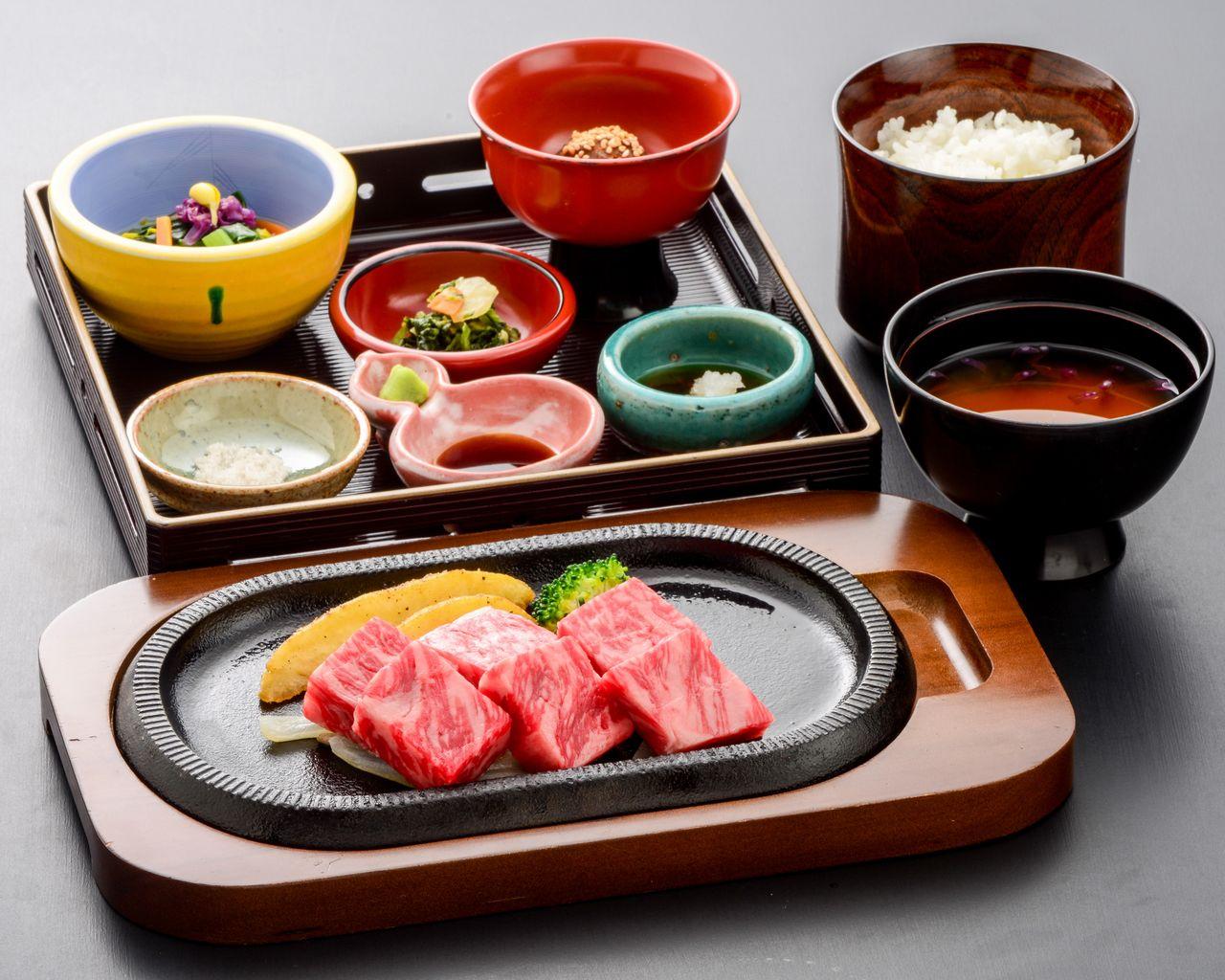 """Un plato que combina la lujosa carne de vaca de Yonezawa y el económico """"katemono"""". (Fotografía cortesía de la residencia del conde de Uesugi)"""