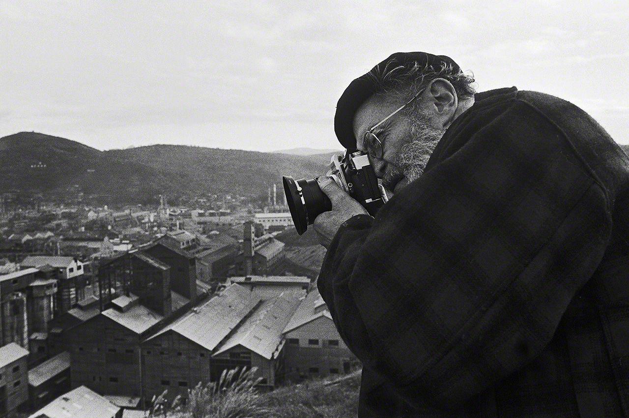 Eugene Smith fotografiando la fábrica de Chisso en Minamata desde las montañas posteriores (imagen de 1971)