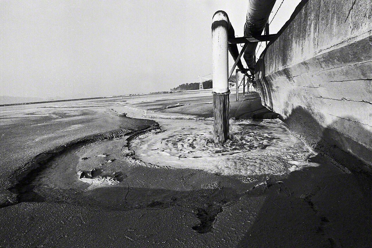 El desagüe de vertido Hachiman. Desde 1932 hasta 1968, la fábrica continuó realizando vertidos directos al mar, incluyendo metilo de mercurio, sin ningún tipo de control (imagen de 1972)