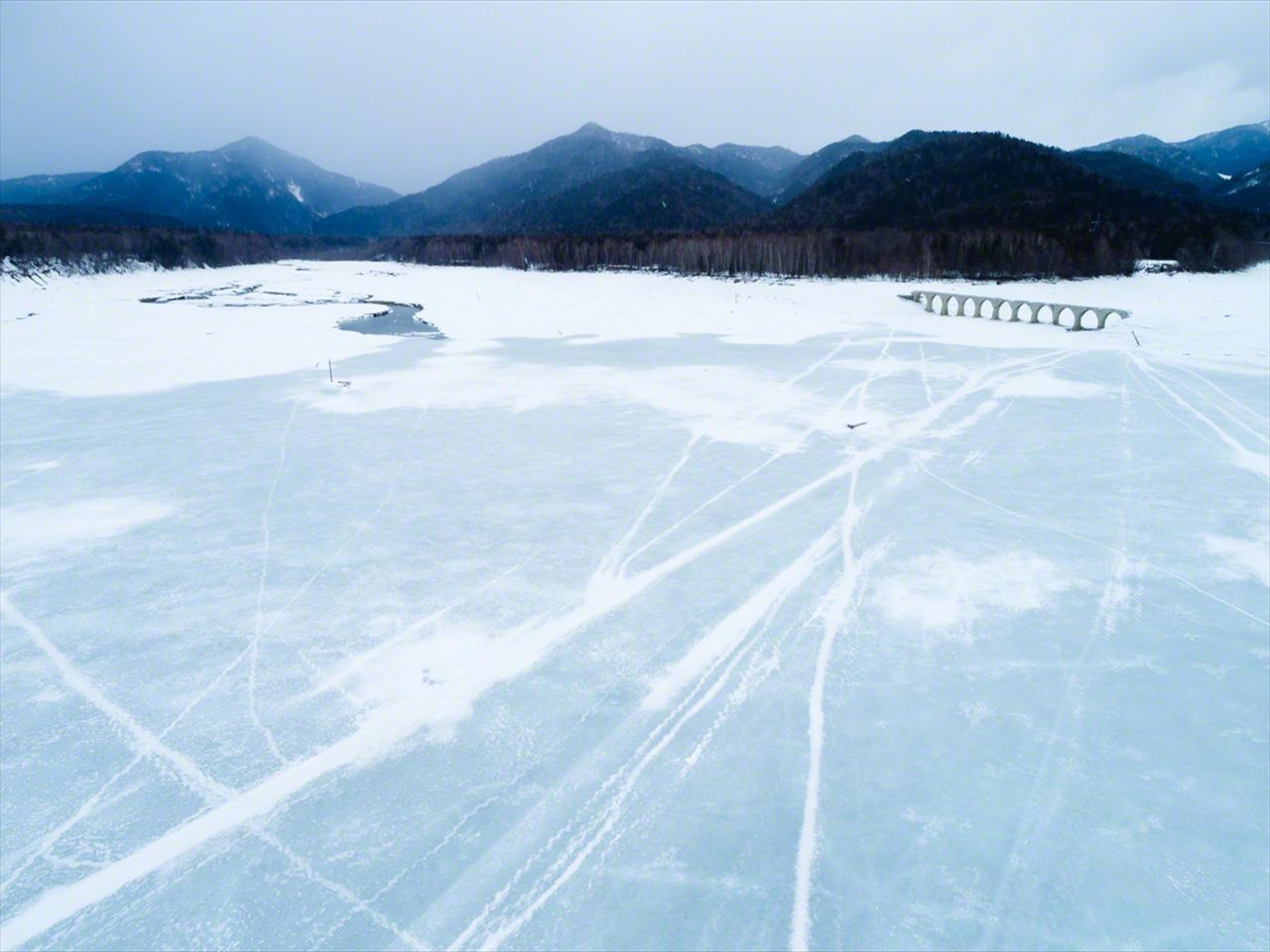 En marzo, cuando el hielo se vuelve inestable, se prohíbe el acceso al lago, por lo que la zona queda prácticamente desierta.