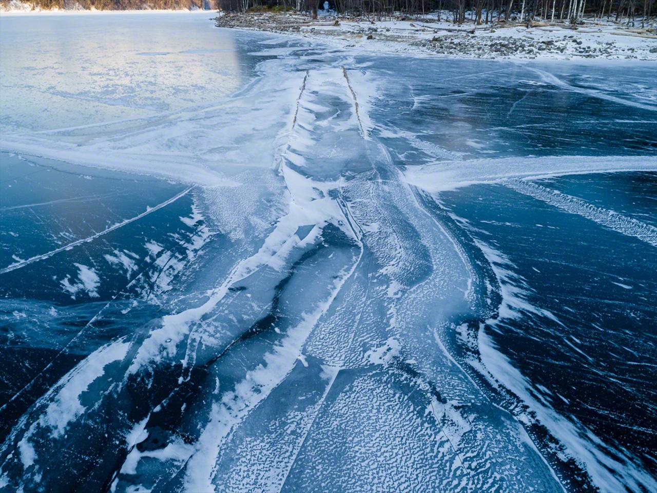 Cuando el nivel del agua baja en diciembre, el puente, cubierto de una fina capa de hielo, empieza a reaparecer.