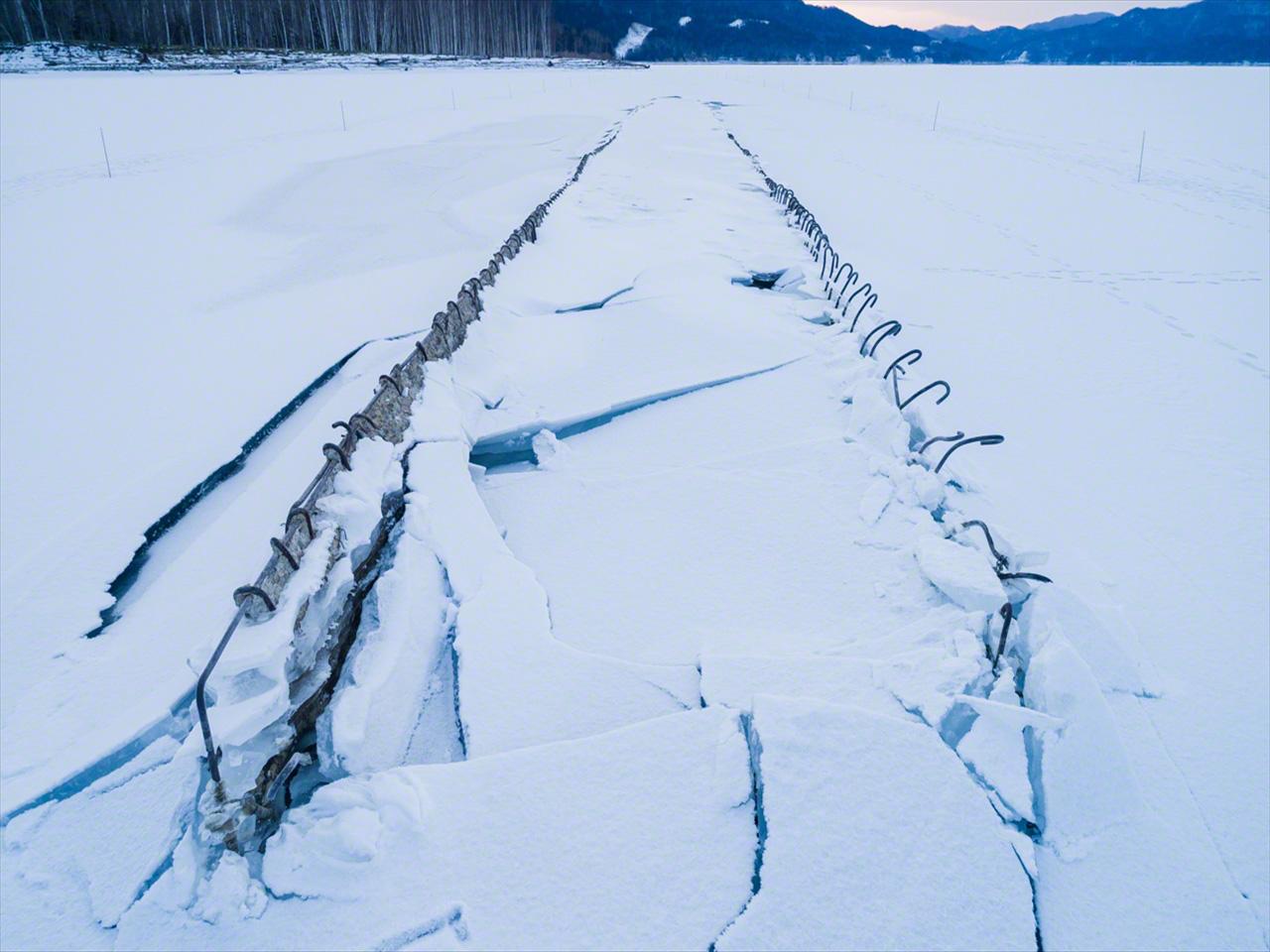 Diciembre. El puente va emergiendo, atravesando una capa de hielo que se hace más gruesa día a día.
