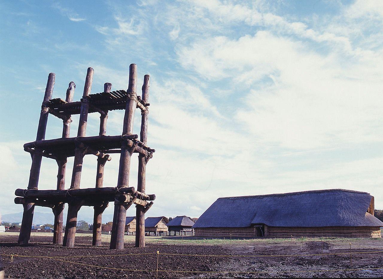 Reconstrucció d'una edificació de l'tipus hottatebashira (de pilars clavats directament sobre la terra) en el jaciment arqueològic de Sannai-Maruyama, a la prefectura d'Aomori. (Fotografia: Cortesia de el Centre Arqueològic de Sannai-Maruyama)