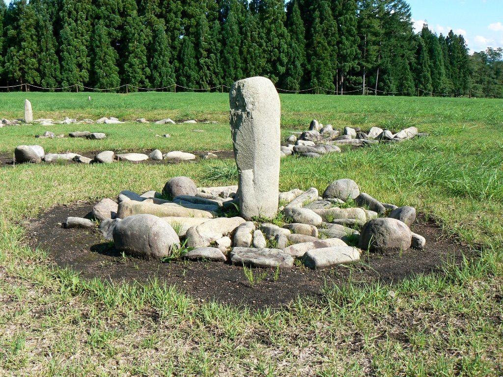 Conjunt de pedres en forma de rellotge de sol a Ōyunonakadō, ciutat de Kazuno (prefectura d'Akita). (Fotografia cortesia de la Comissió Municipal d'Educació de Kazuno)
