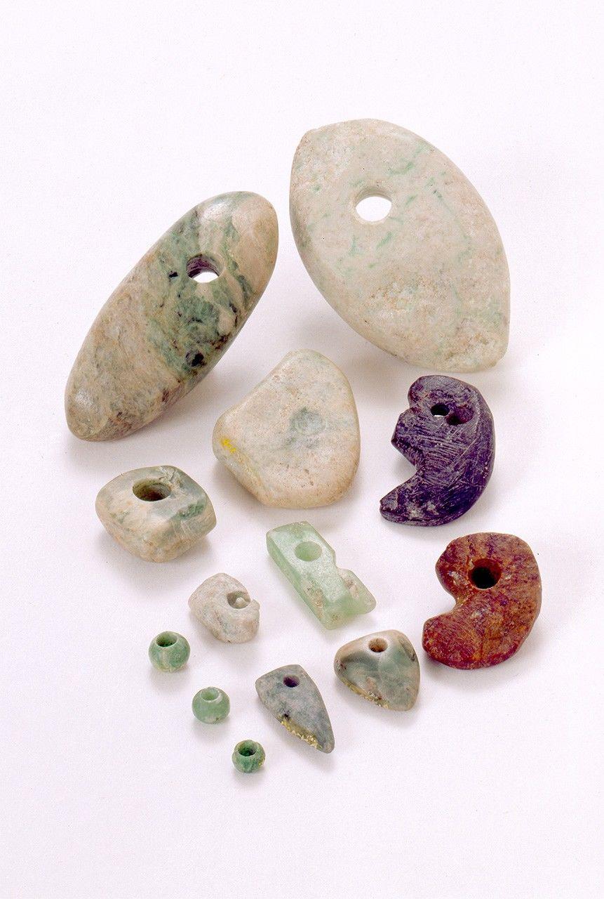 Ornaments de jade i altres materials trobats en el jaciment arqueològic Sakai a, a la prefectura de Toyama. Són béns culturals rellevants. (Fotografia cortesia de el Centre de l'Patrimoni Cultural Funerari de la Prefectura de Toyama)