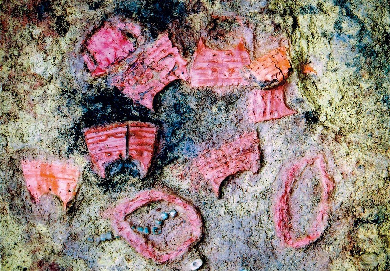 Ornaments lacats exhumats de l'Enterrament 119 de l'jaciment arqueològic de Karinba , en Hokkaidō. (Fotografia cortesia de el Centre de Documentació Etnogràfica Municipal d'Eniwa)