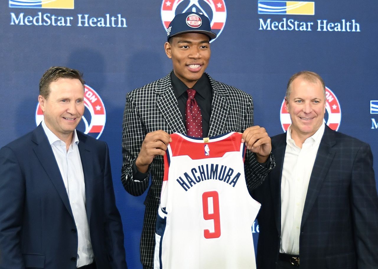 Hachimura Rui sujeta un uniforme de los Washington Wizards en Washington el 21 de junio de 2019, el días después del draft de la NBA. (© Jiji)