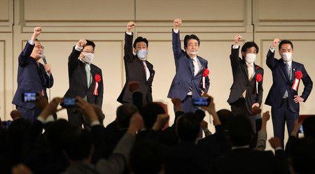 Abe Shinzō (tercero desde la derecha) durante la fiesta de la facción Hosoda del Partido Liberal Democrático. En el extremo izquierdo se encuentra el presidente de la facción, Hosoda Hiroyuki. Fotografía del 28 de septiembre en el distrito de Minato, en Tokio.