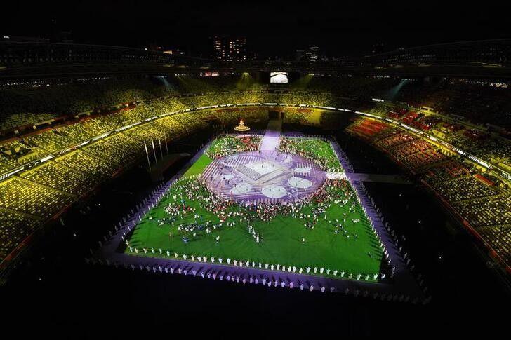 Tokio clausura los Juegos y le entrega la bandera olímpica a París 2024 |  Nippon.com
