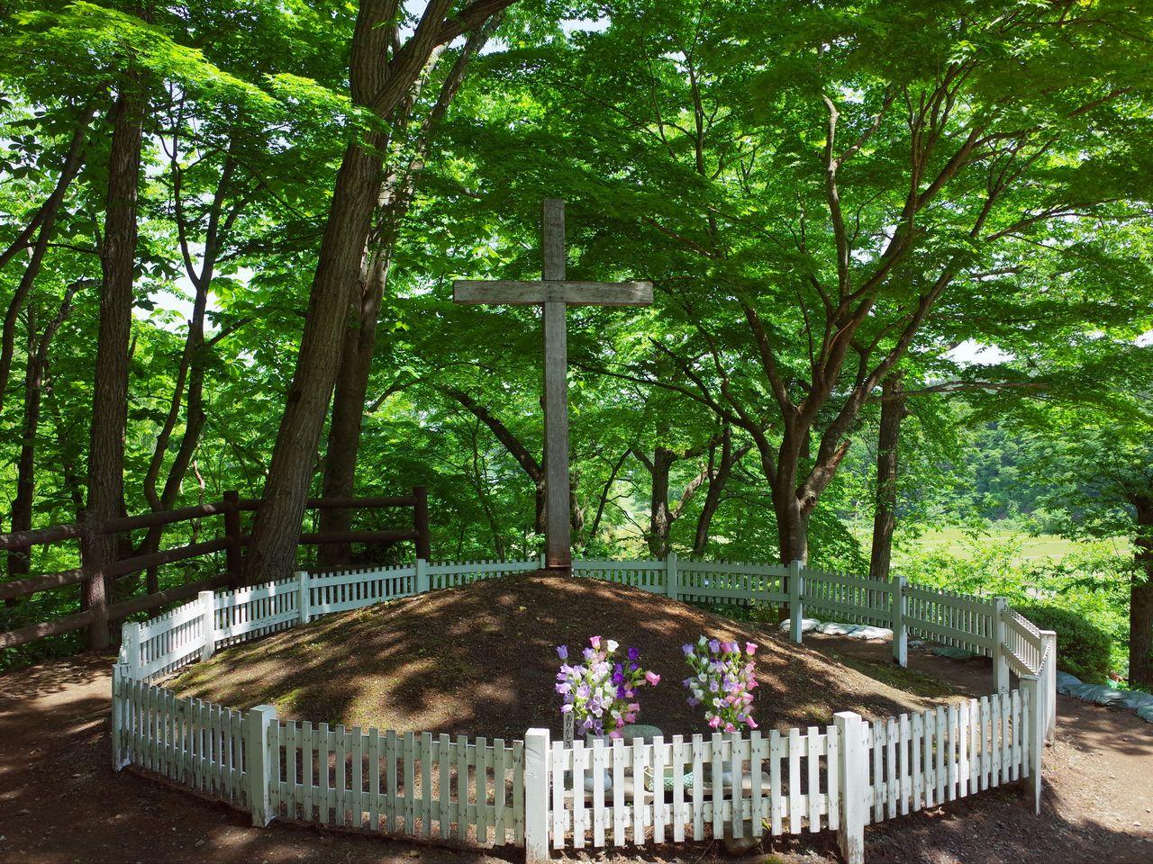 Le tumulus surmonté d'une croix (avec l'aimable autorisation d'Okamoto Ryôsuke).
