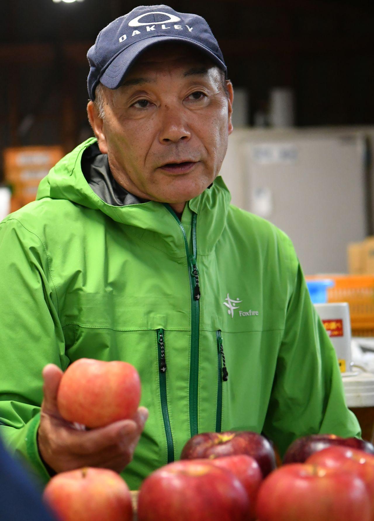 Abe Hidenori, avec une de ses pommes Kôtoku dans la main