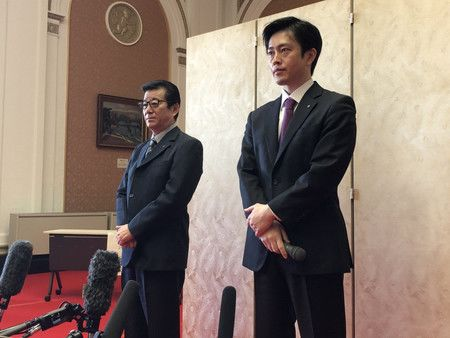 Le gouverneur de la préfecture d'Osaka, Yoshimura Hirofumi (à droite), et le maire de la ville d'Osaka, Matsui Ichirô, lors de la conférence de presse sur le développement du vaccin le 14 avril