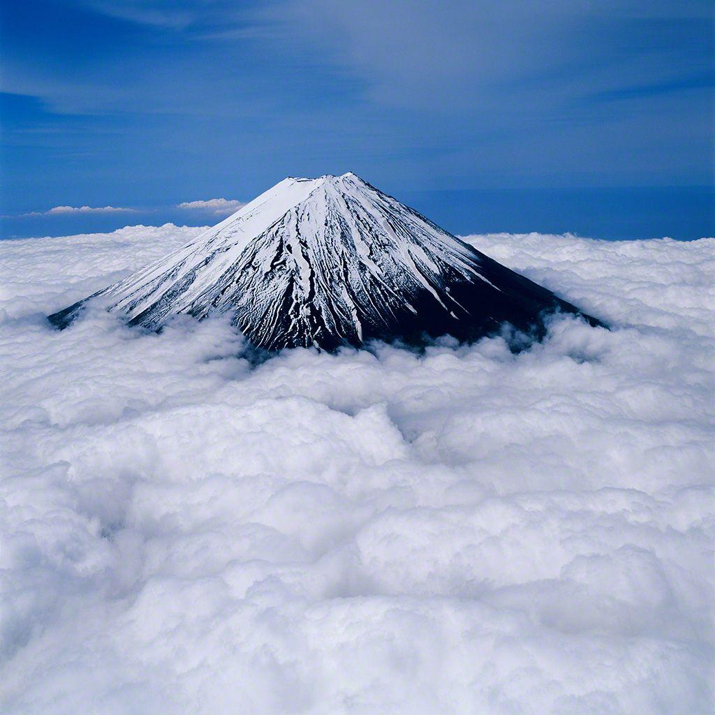 13. 從鳴澤村上空俯瞰富士山(空中攝影)。 6月。