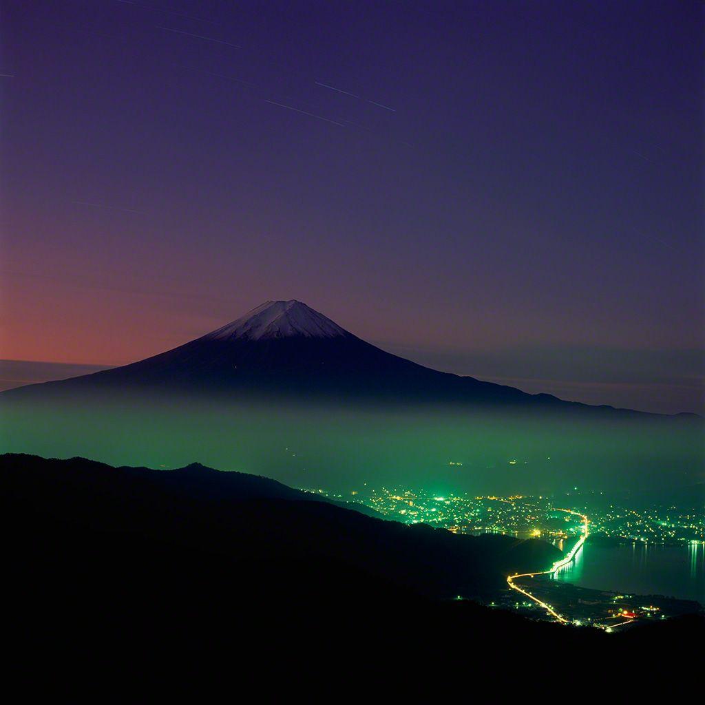 18. 拂曉中的富士。 10月。