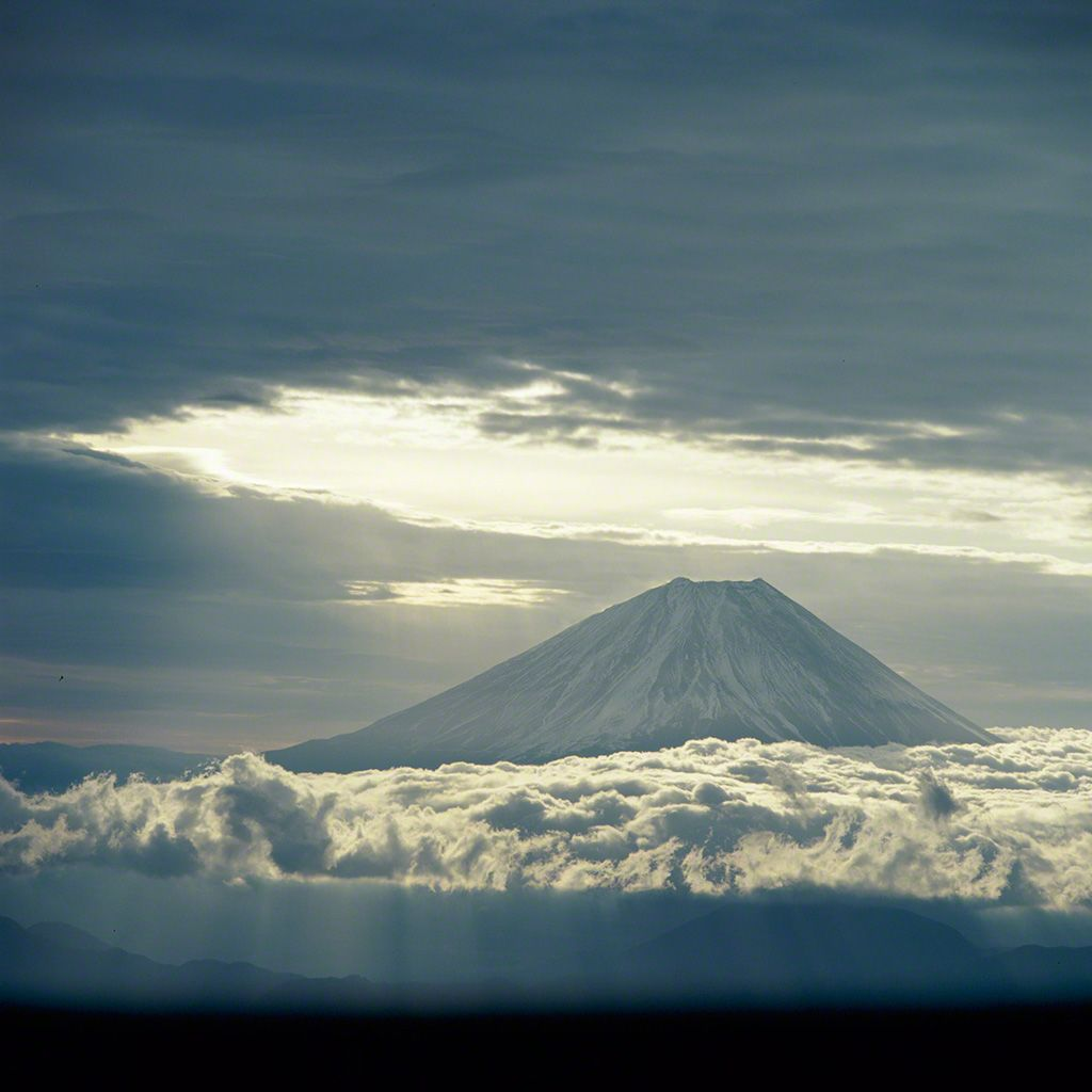 21. 雲蒸霞蔚富士山。 12月。