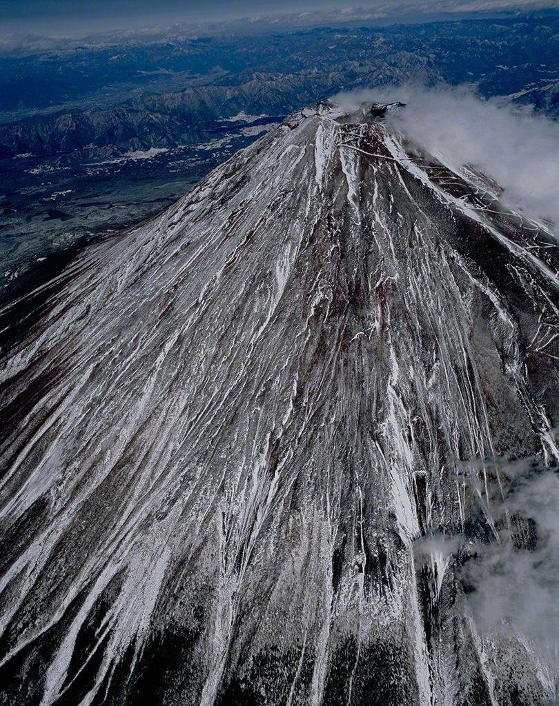 22. 從西南方凌空俯瞰富士山(空中攝影)。 12月。