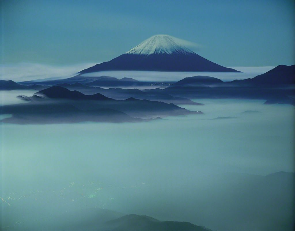23. 漂泊於雲海中的富士山。 12月。