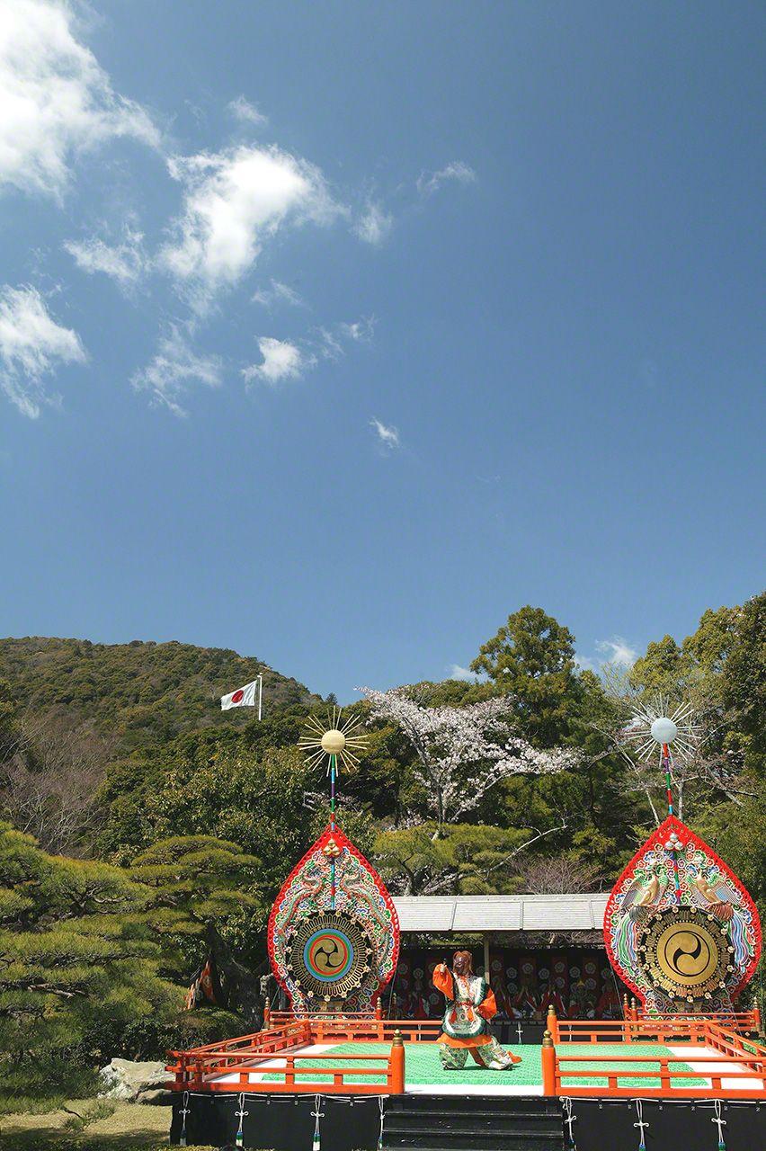 4月28日 春季的神樂祭。例行的神樂祭在內宮庭園特設的舞臺上舉行,跳蘭陵王舞