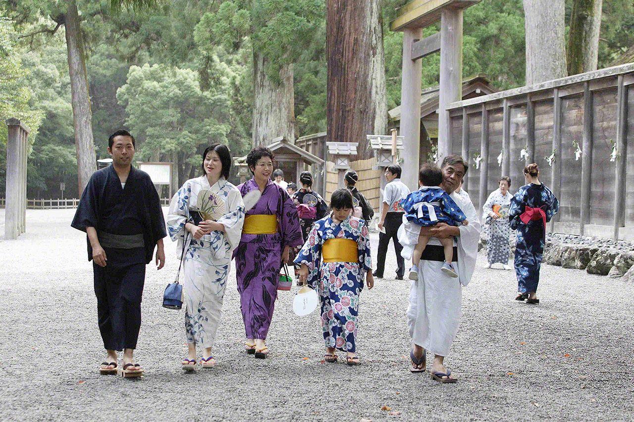 8月1日 每年八月朔日,身穿日式浴衣(和服)的人們前往外宮參拜,參拜道上熱鬧非凡