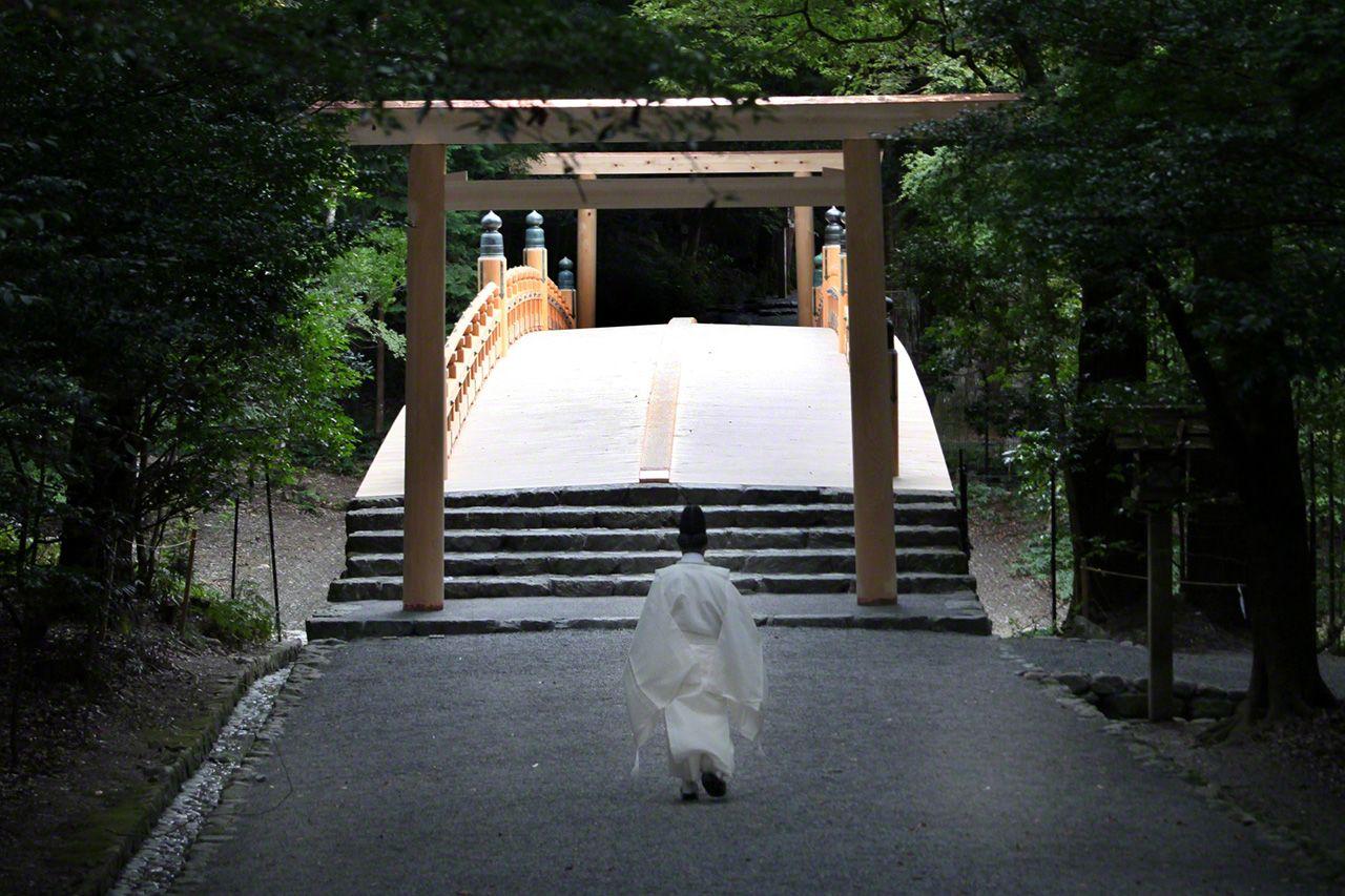 8月25日 神職人員走向翻修一新的風日祈宮橋