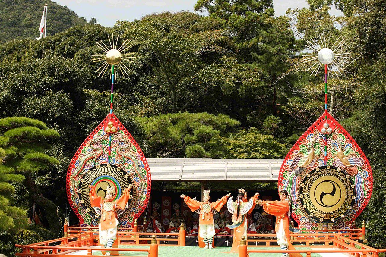 9月23日 秋季的神月祭。通常以迦陵頻(日本雅樂曲目之一)舞款待神靈