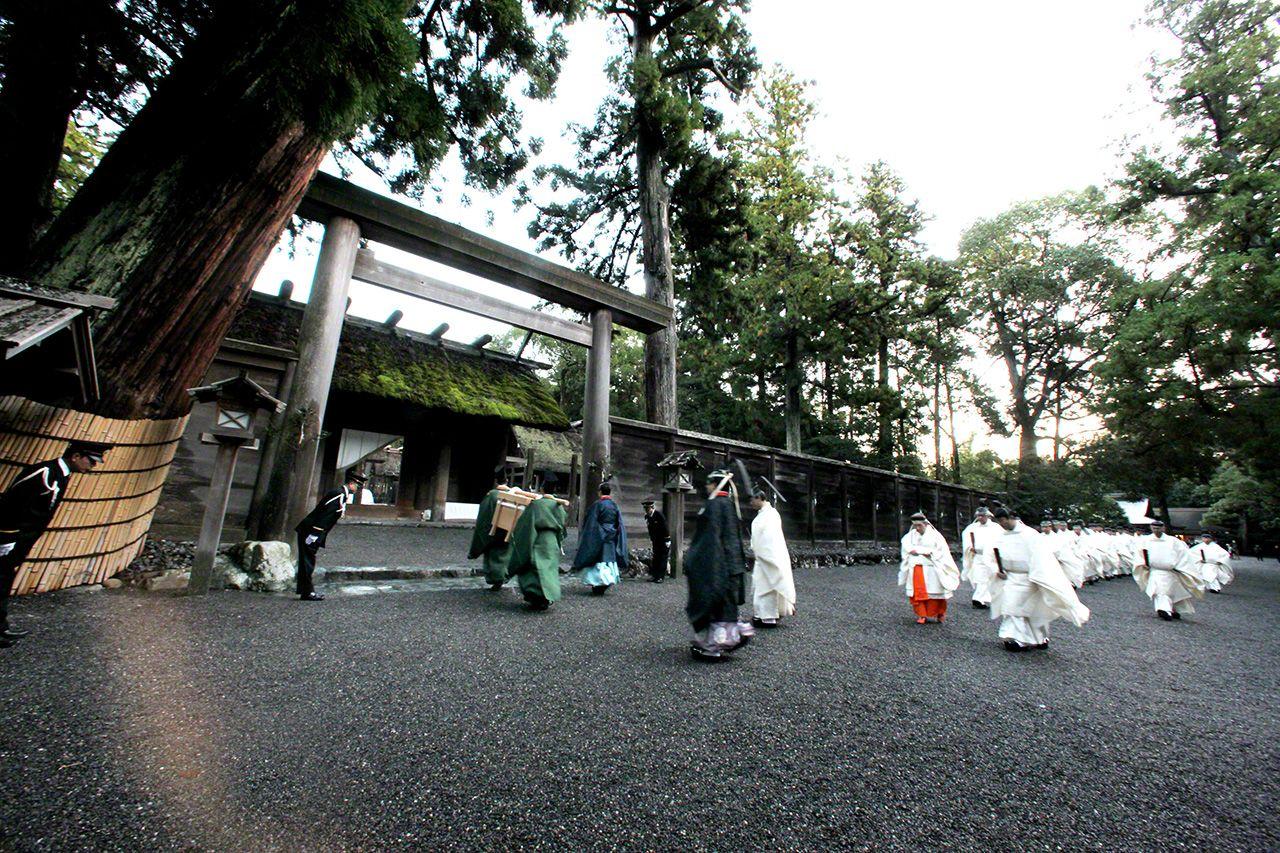 11月23日 新嘗祭。這是天皇向天神地祇供奉新穀並親自食用,感謝神靈賜予豐登的祭祀儀式