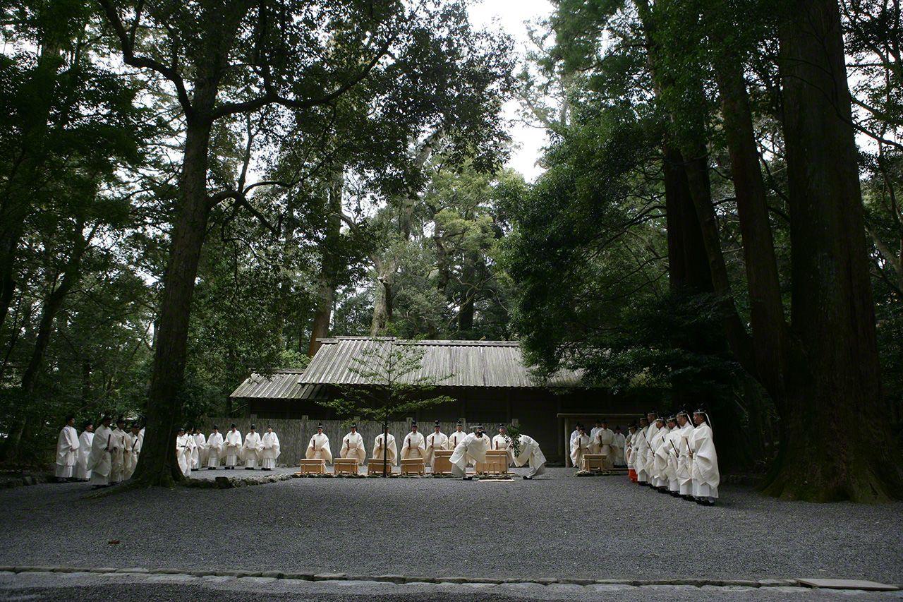 12月17日 12月的月次祭。在內宮忌火屋殿前的祓禊所,裝著神饌的唐櫃(帶有4-6條腿的大木箱)和神職人員接受祓除儀式