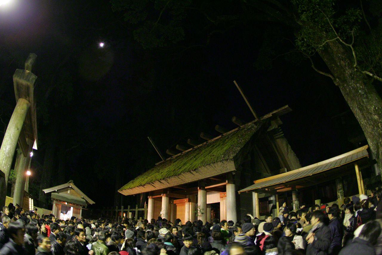 12月31日 除夕參拜。許多人在大年三十前往參拜,向神靈感謝過去一年的恩澤,並祈求新的一年平安幸福