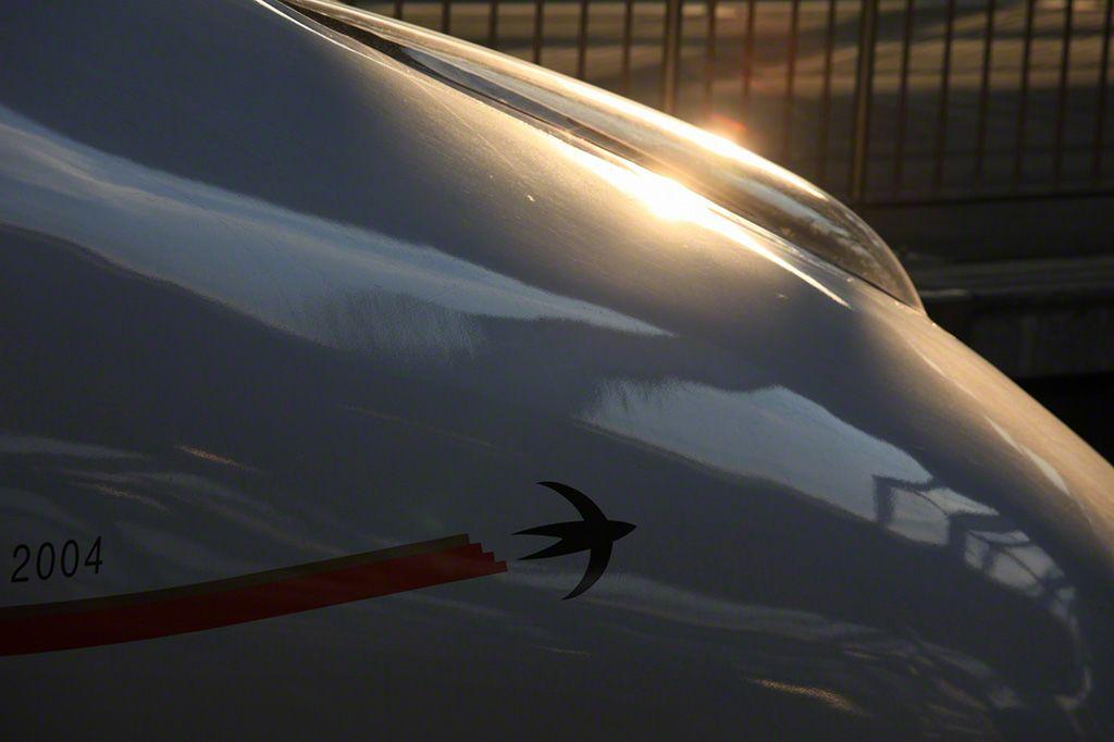 2011年3月全線通車(博多―鹿兒島中央)的九州新幹線新800系頭燈。側部以愛稱「Tsubame」為點綴。