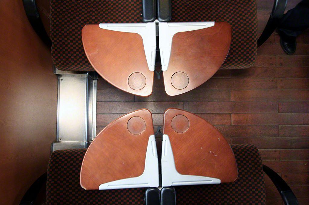 """奔馳在肥薩線上的""""隼人之風"""" 號列車,坐席上安裝了木製折疊小桌。"""