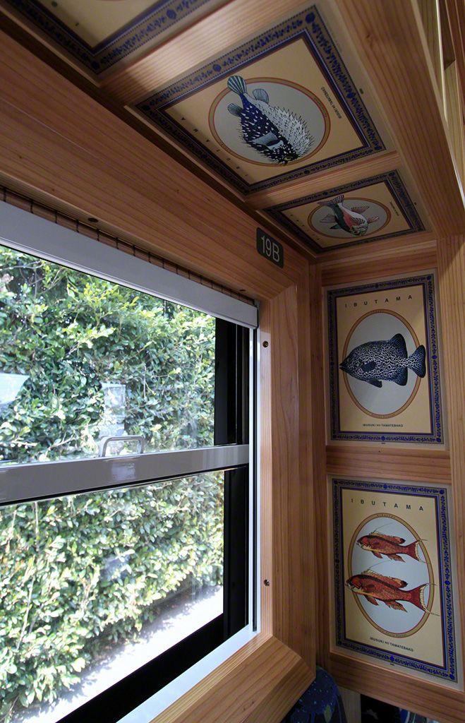 """奔馳在指宿枕崎線上的""""指宿Tamate箱"""" 號, 車窗邊飾有水戶岡繪製的各種魚的圖案。"""