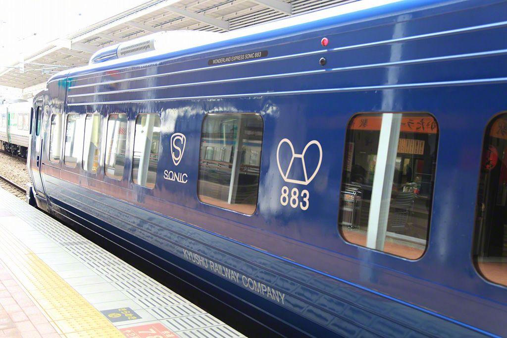 """奔馳在日豐本線上的""""SONIC"""" 號。車體上繪有車輛的象徵標徽。"""