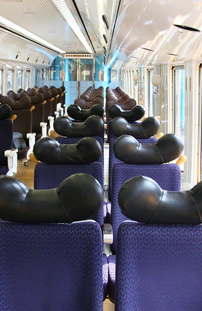 """""""SONIC""""號車廂內。由於列車行駛在彎路較多的地區,為了保持頭部舒適,採用了這種頭墊。"""
