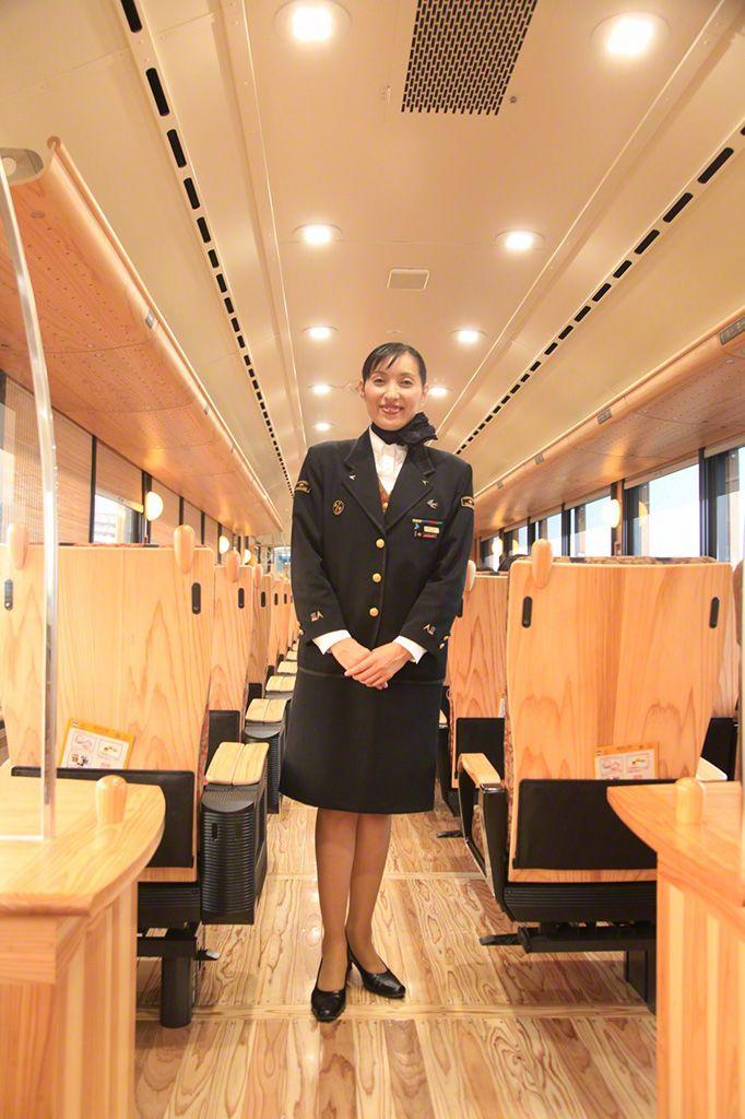 九州的觀光列車上的乘務員。她們不僅為乘客做嚮導,還幫助拍攝紀念照片,上演連環畫劇等,舉辦各種車內活動。