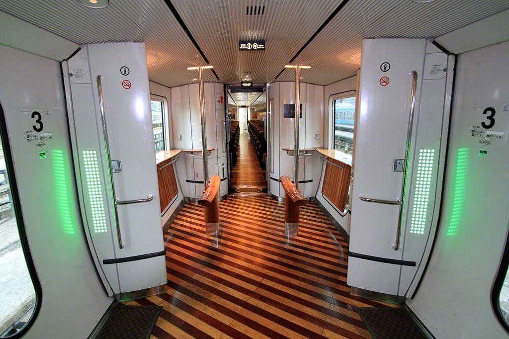 """""""白色海鷗""""號的車廂連廊。這裡是盡享長途旅行樂趣的公共空間。"""
