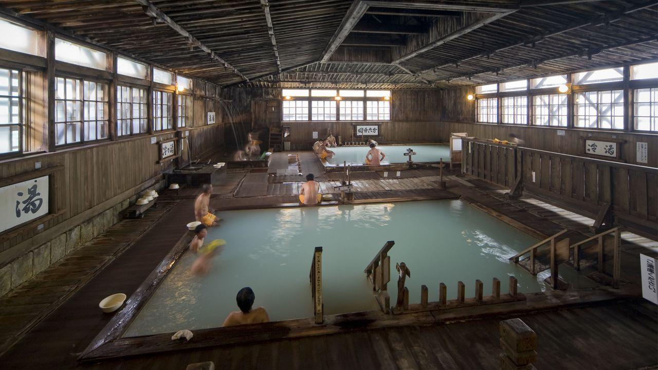 青森「酸ヶ湯温泉」の名物・千人風呂で湯治気分を味わう ...