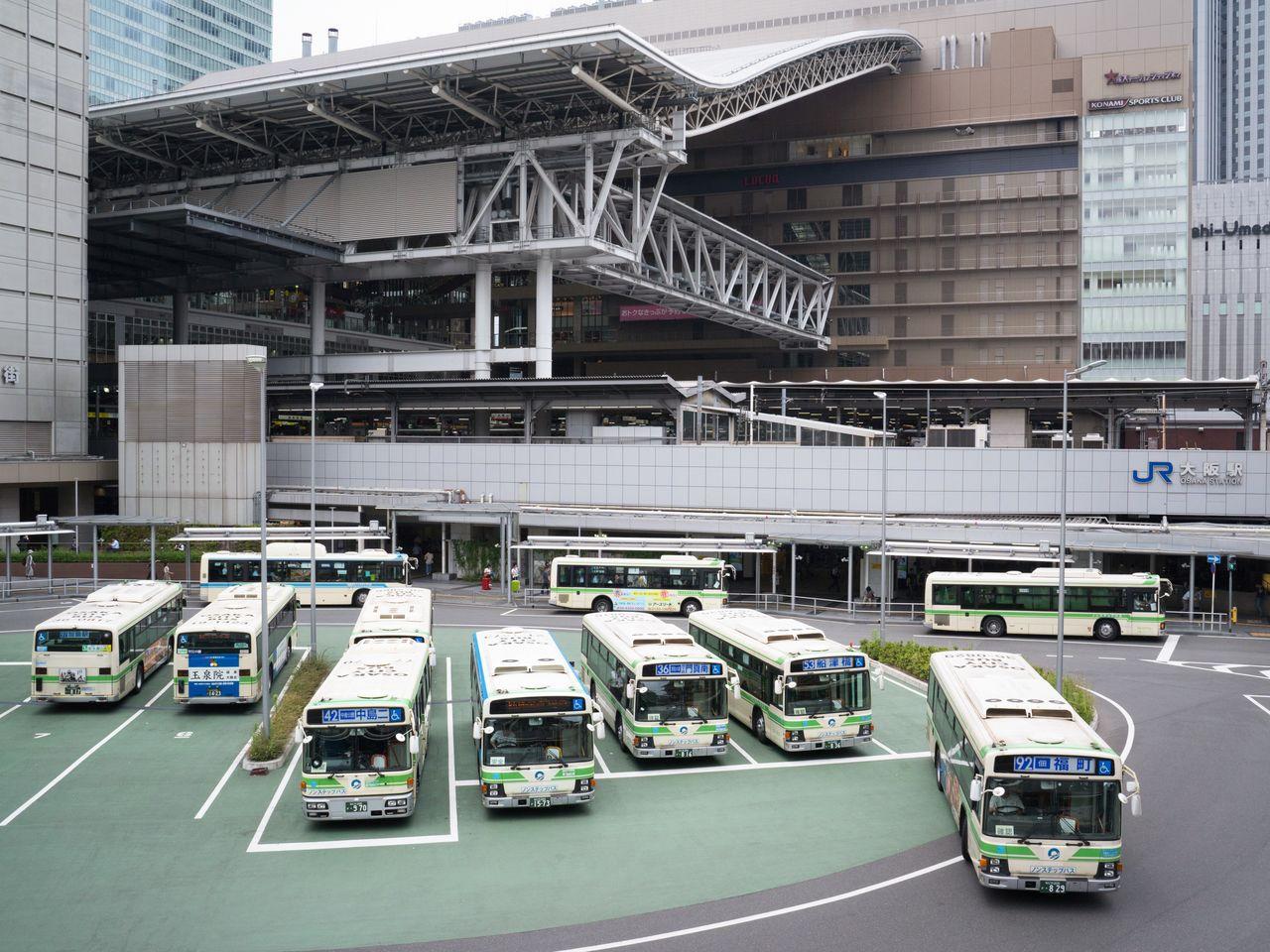 大阪駅のバスターミナル。シティバスは大阪中を走っている