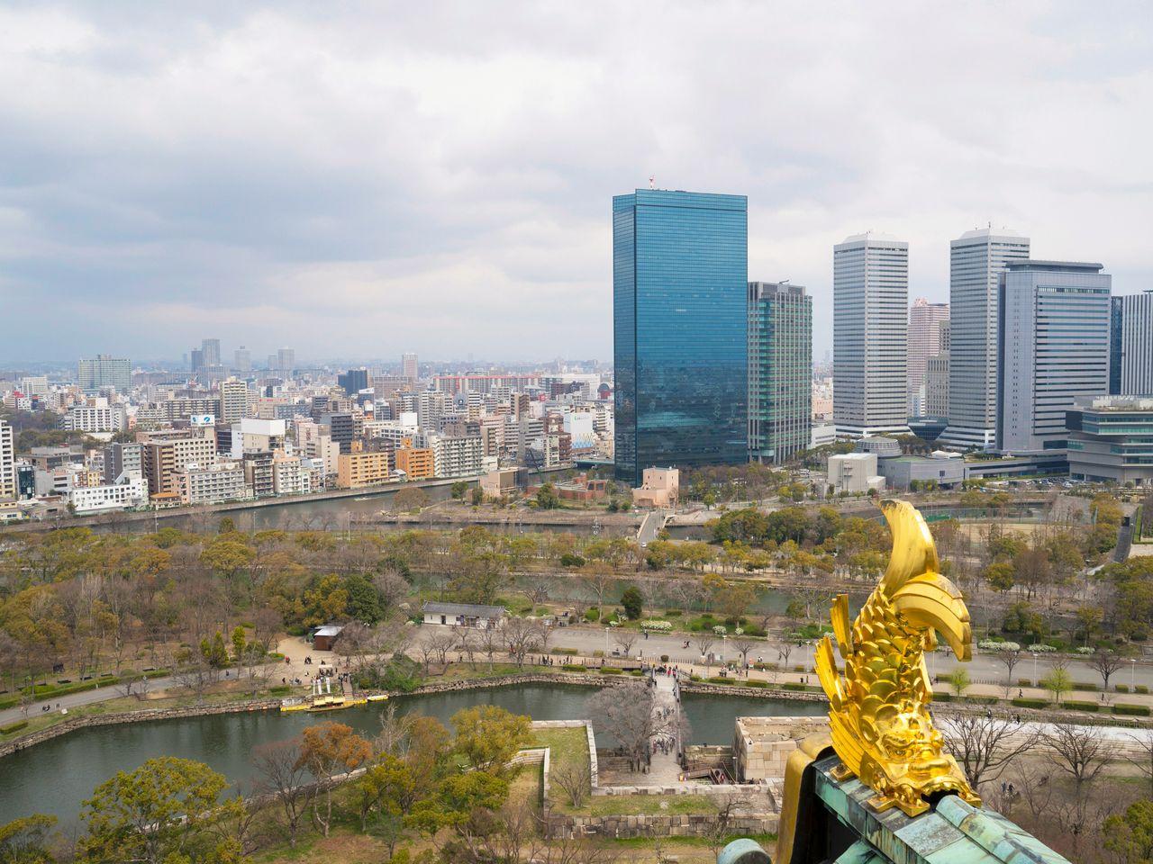 大阪城天守閣からの街並みを一望