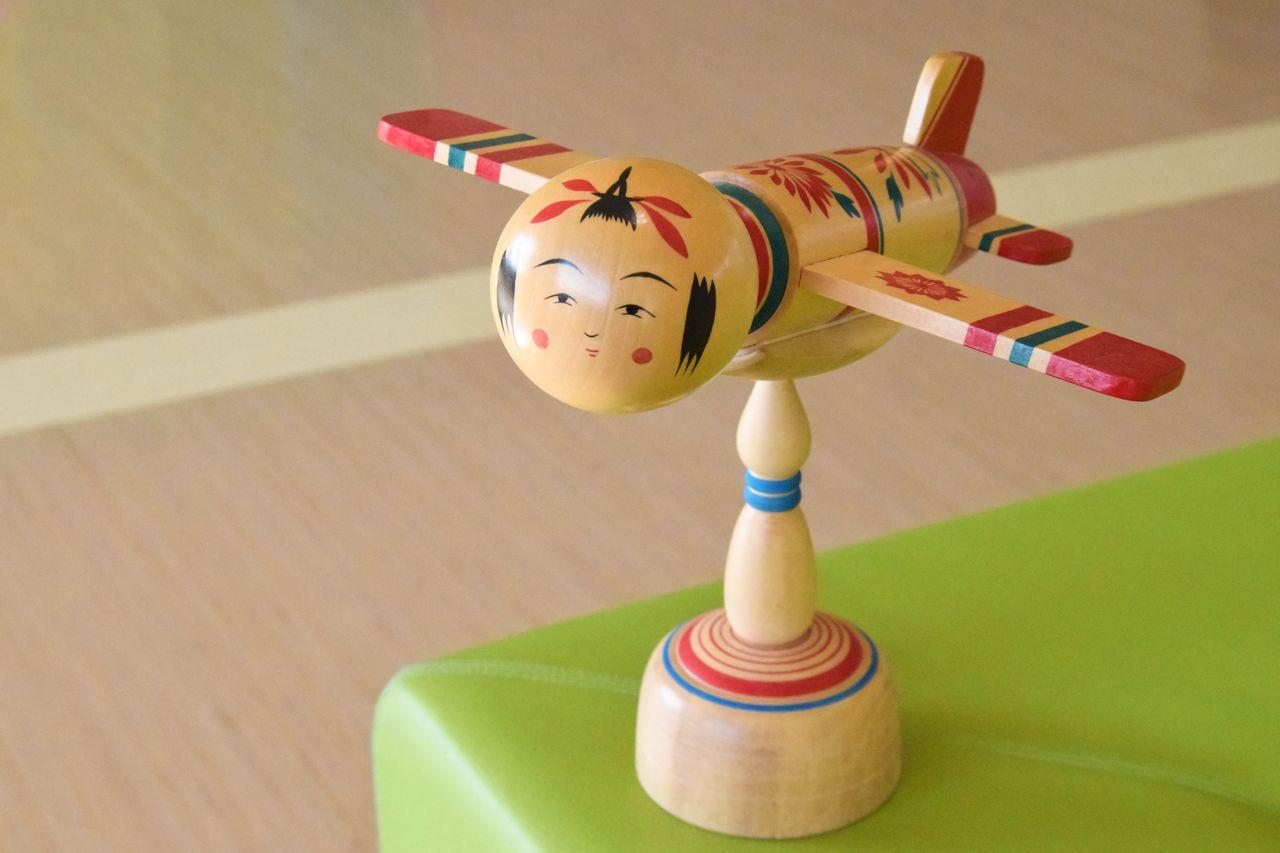 宮城県庁に飾られる「こけし飛行機」