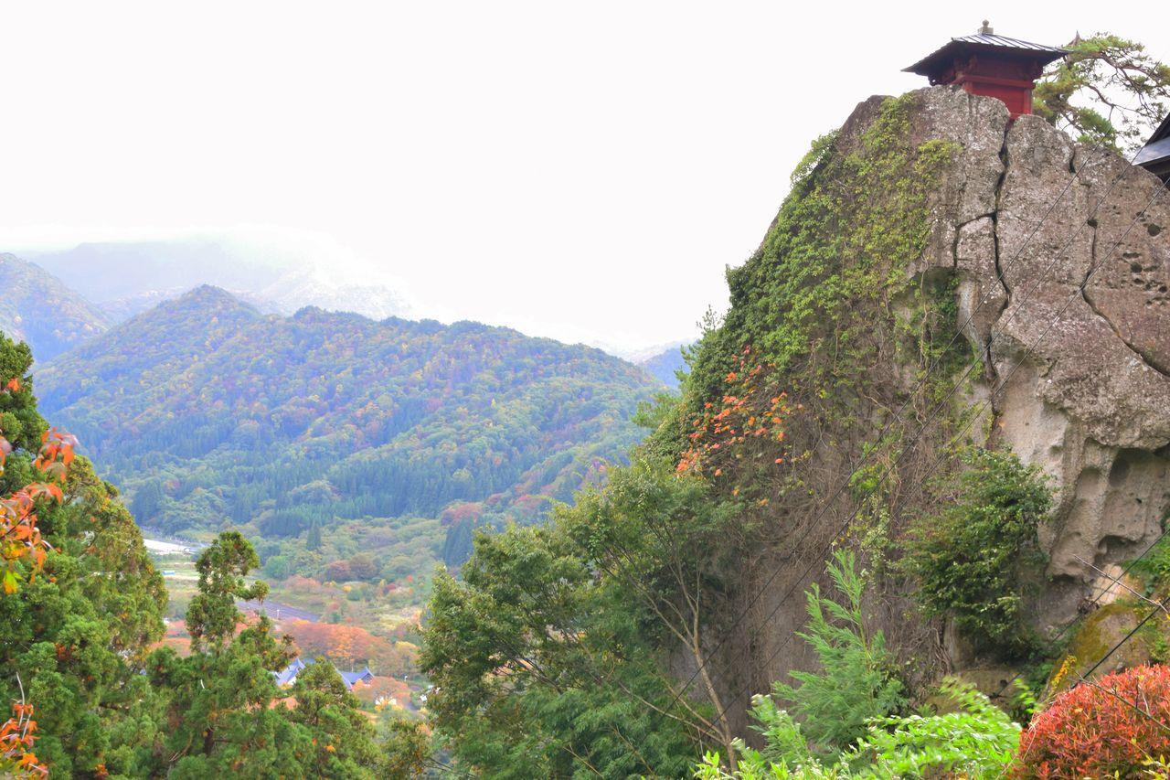 巨岩の上の赤い納経堂が映える