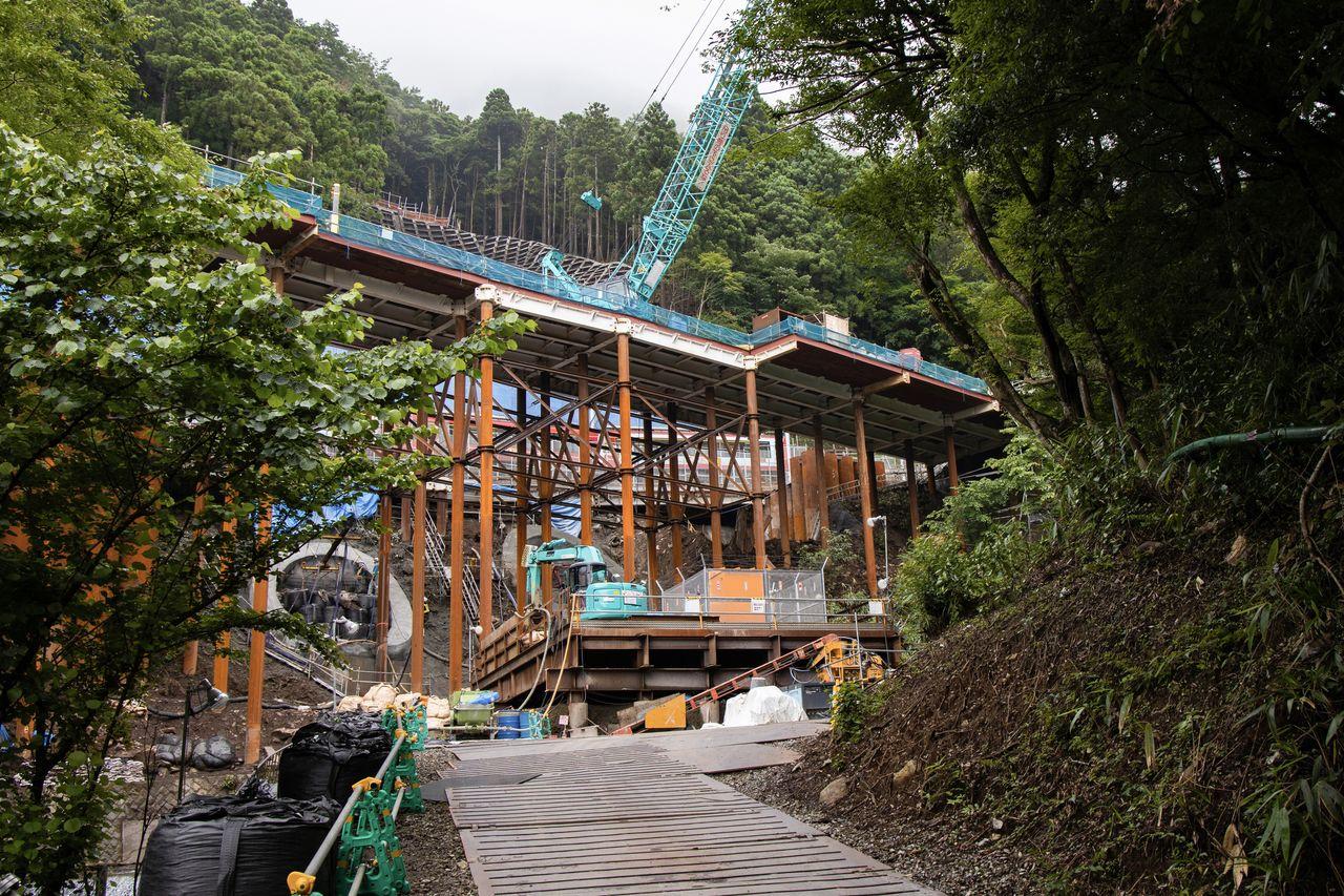 宮ノ下駅-小涌谷駅間にある蛇骨陸橋では補強工事が続いているが、車両の通過には問題ない(2020年7月16日)