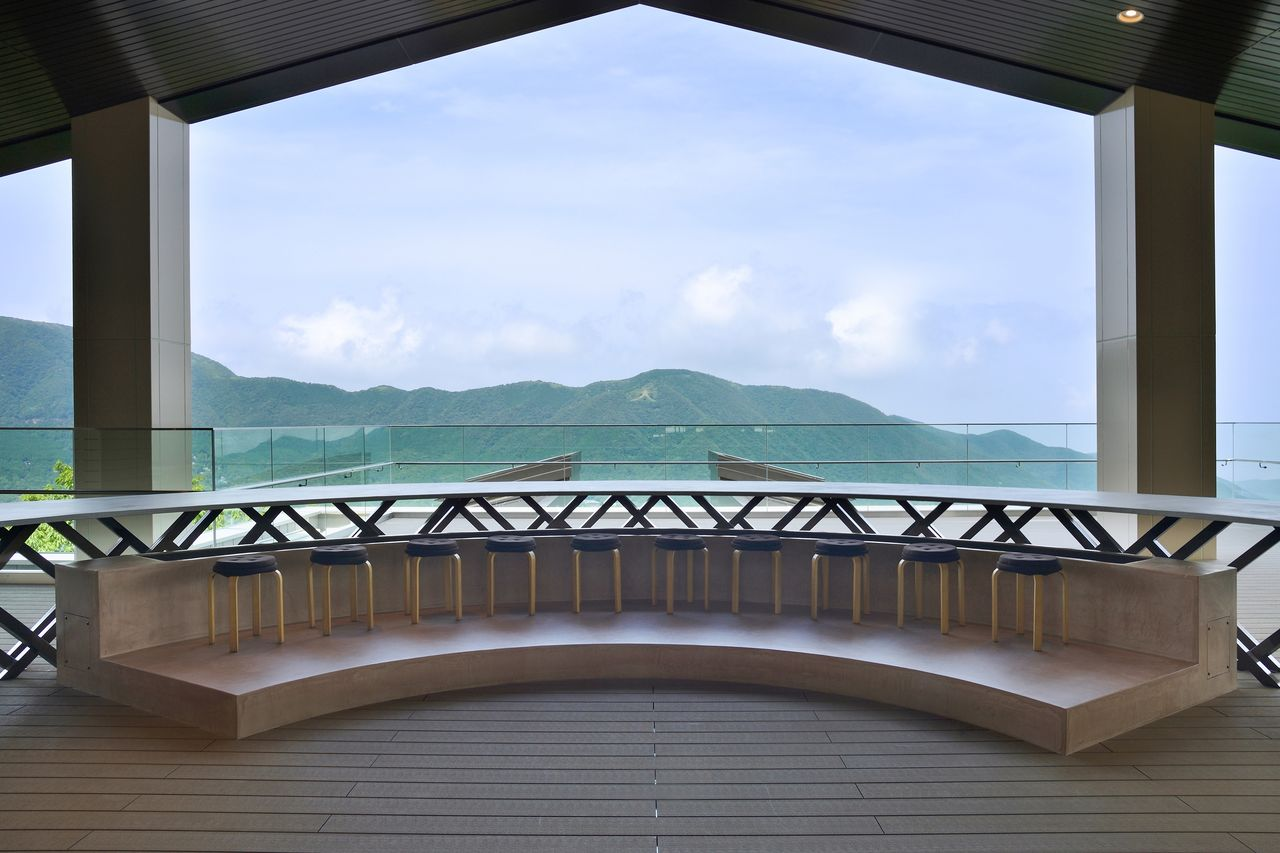 cu-mo箱根の展望デッキからは、明星ケ岳の「大」の字が真正面に見える 写真提供:小田急エージェンシー