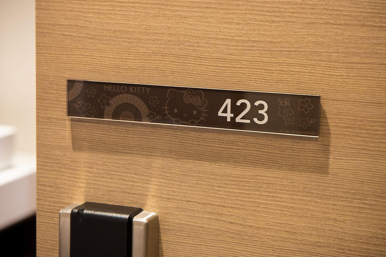 どの部屋がハローキティルームか一目瞭然のルームプレート