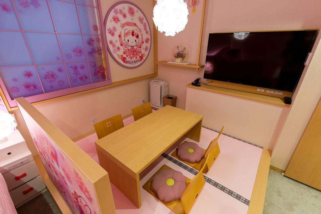 ピンクの畳に桜型の座布団
