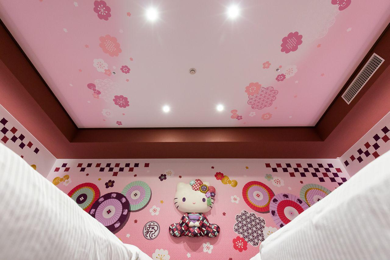 天井までピンクのリボンがいっぱいで抜かりなし