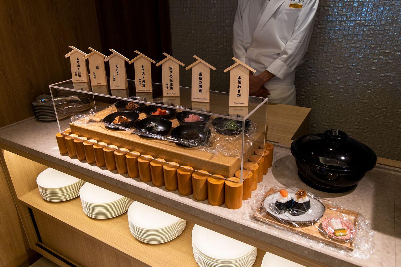 朝食のおにぎりコーナー。定番のさけやたらこなどに加え、浅草のつくだ煮など各地の名産品が日替わりで楽しめる