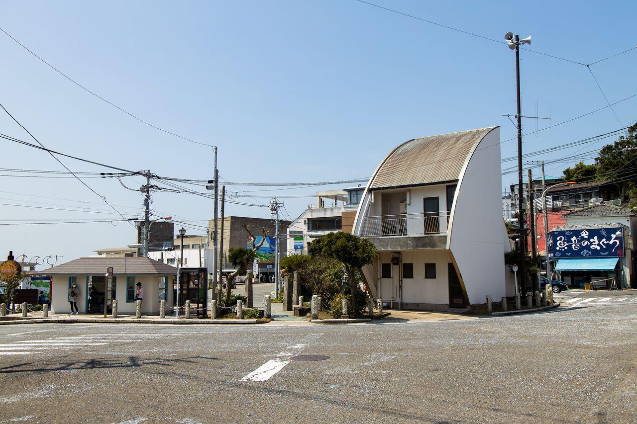 左の小屋前が「三崎港」バス停。近くにマグロ料理屋が並んでいる