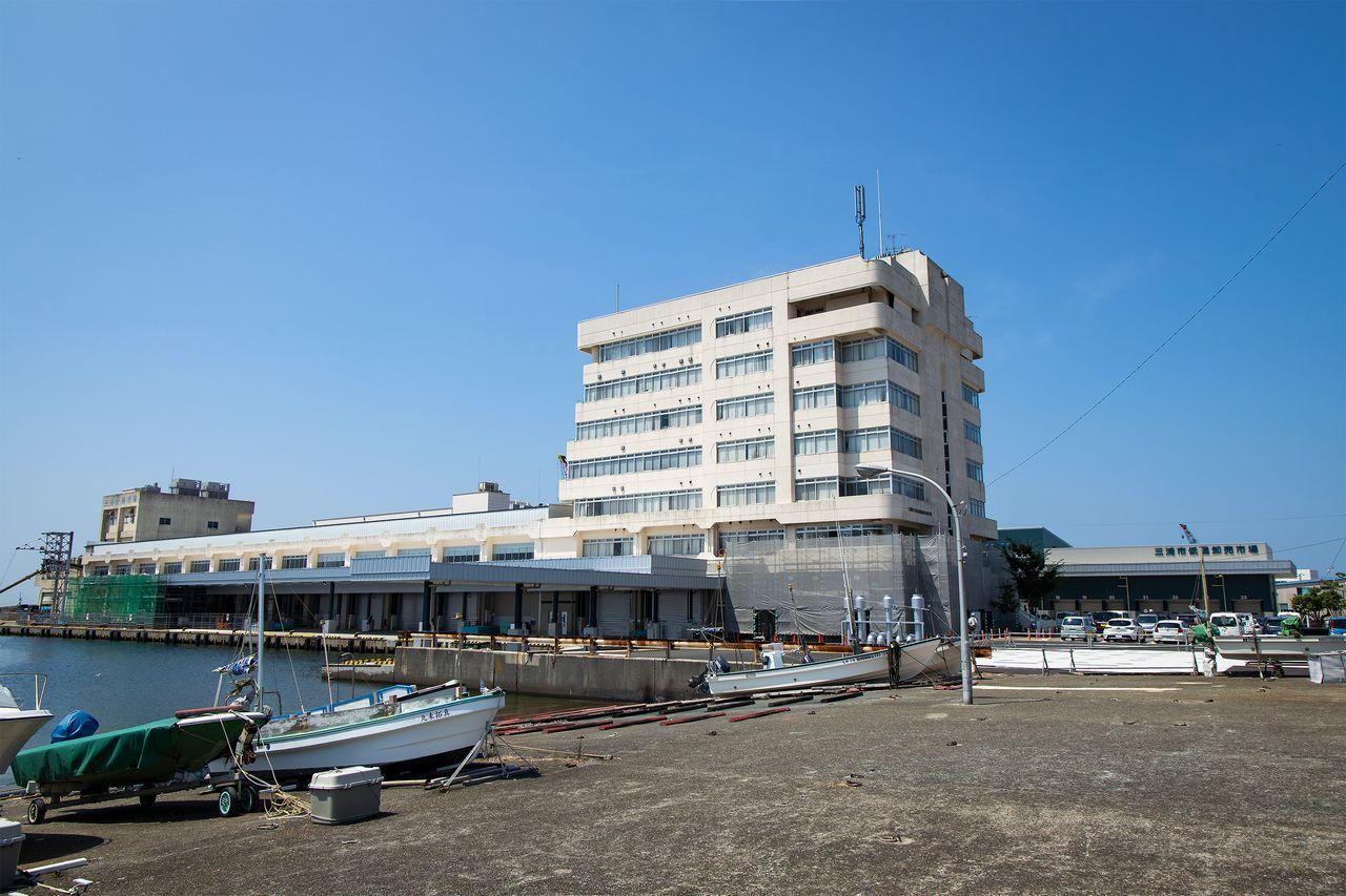 三崎魚市場は「三崎港」バス停から徒歩約5分。右に突き出した建物「三浦市低温卸売市場」で、マグロが売買される